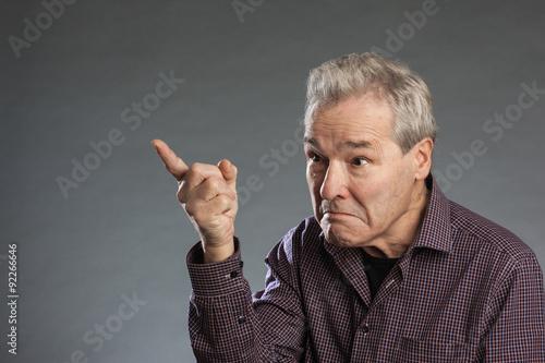 Valokuvatapetti Älterer Mann warnt mit erhobenem Zeigefinger