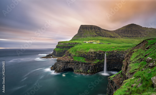 einzelne bedruckte Lamellen - Gasadalur village and its waterfall, Faroe Islands, Denmark (von Nick Fox)