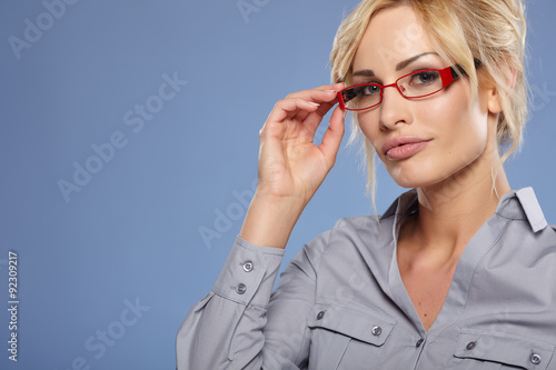 Fotografía  Smiling businesswoman with glasses looking at the camera
