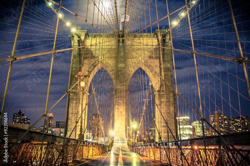 Fototapeta premium Piękny Brooklyn Bridge w Nowym Jorku widziany nocą z przejścia dla pieszych