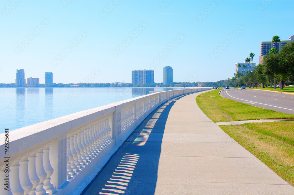 Fotografie, Obraz The world's longest continuous sidewalk, Bayshore Boulevard in Tampa, Florida, along Tampa Bay and is 4