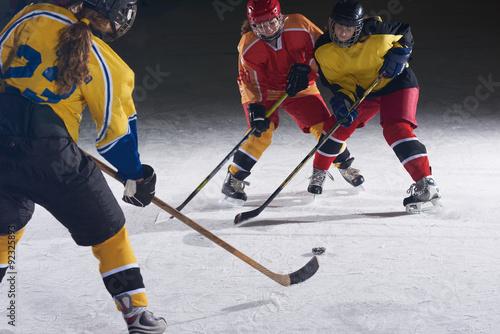 Plakat nastolatków hokeistów sportowych w akcji