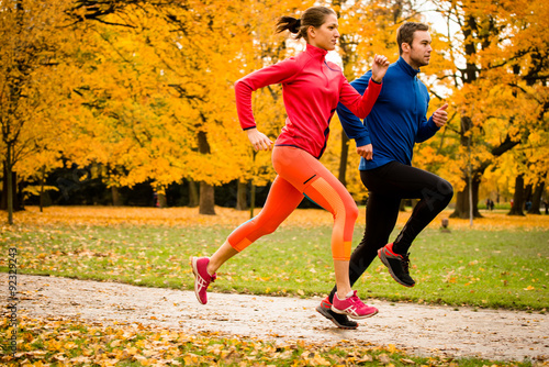 Poster Jogging Couple jogging in autumn nature