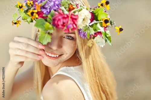 Photo  beautiful woman in flowers