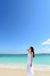 沖縄の海でくつろぐ女性