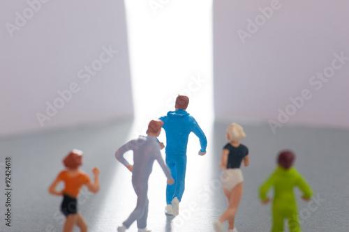 Pinturas sobre lienzo  出口に向かって走る人間