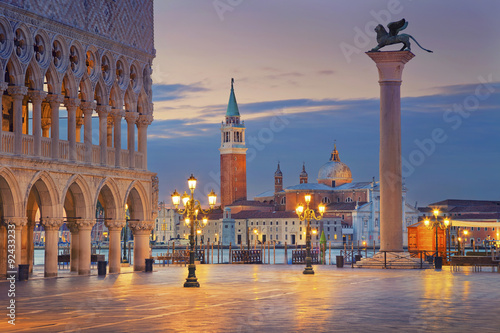 Fond de hotte en verre imprimé Venise Venice. Image of St. Mark's square in Venice during sunrise.