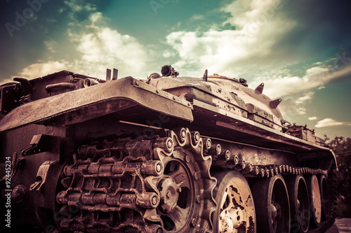 Fotografía Detail shot with old tank tracks and wheels