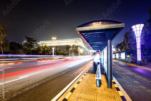 Zdjęcie XXL przystanek autobusowy przy drodze w nocy