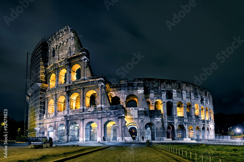 Photo  Coliseum (Colosseum) at night in Rome
