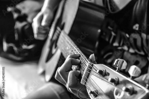 Fototapeta ręka kobiety na gitarze klasycznej, kolor czarno-biały