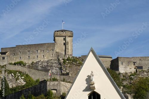 Photo  Lourdes, château fort et statue de la Vierge