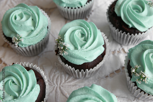 Photo  Homemade chocolate cupcake with turquoise rose frosting