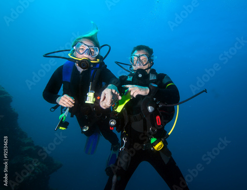 Photographie Romantic couple scuba dive together in the ocean