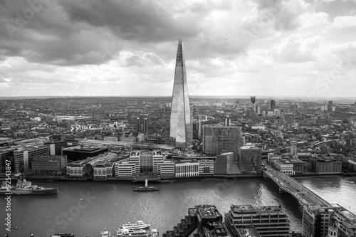 widok-na-londyn-z-lotu-ptaka-czarno-biala-fotografia