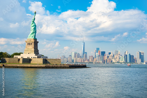 Foto op Aluminium New York The Statue of Liberty with the downtown Manhattan skyline