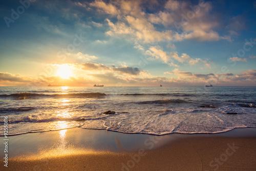 piekny-cloudscape-nad-morzem-wschodu-slonca-strzal