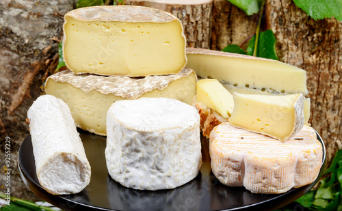 Fotografía  tray with different French cheeses