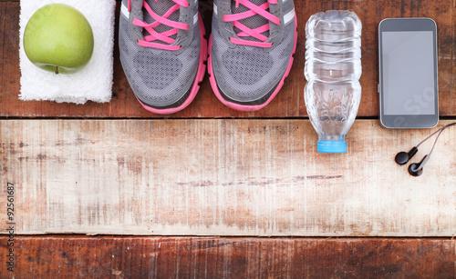 buty-sportowe-i-woda-z-zestawem-do-zajec