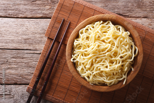 Fotomural Asian ramen noodles in wooden bowl. horizontal top view