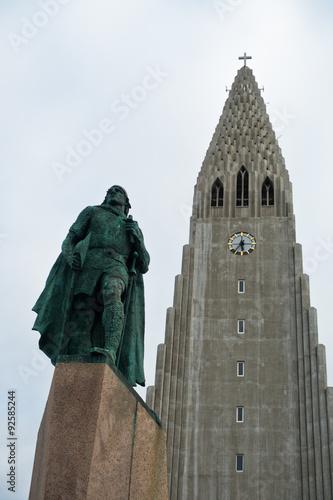 Fotografija  Hallgrimskirkja, Reykjavik cathedral and Leifr Eiricsson monument