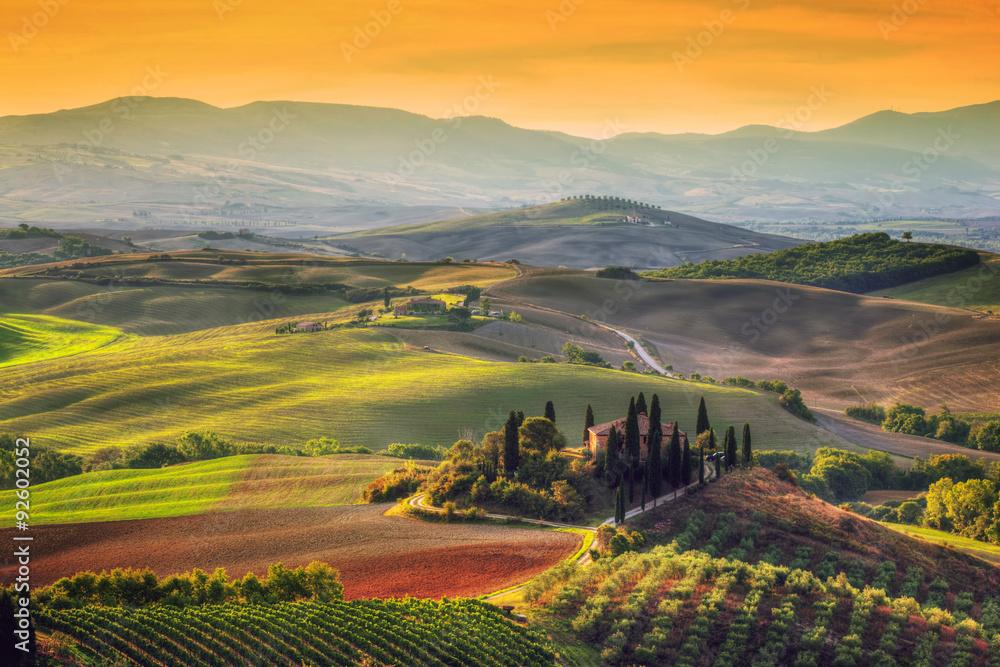 Fototapety, obrazy: Krajobraz Toskanii o wschodzie słońca. Toskański dom wiejski, winnica, wzgórza