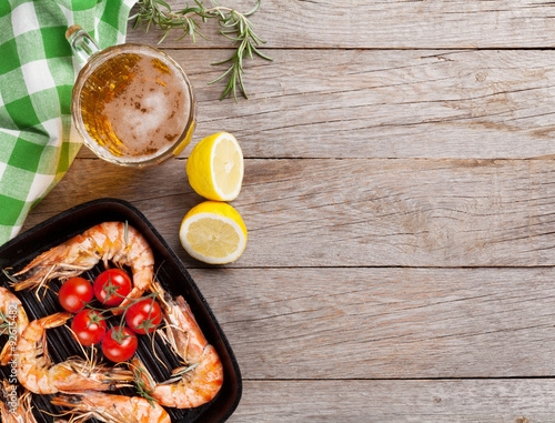 Poster Coquillage Grilled shrimps on frying pan and beer
