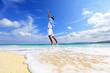 南国の美しいビーチで寛ぐ男性