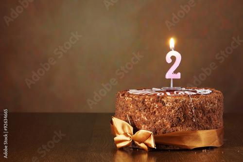 Photographie  Gâteau d'anniversaire au chocolat avec bougie brûlant comme numéro deux sur