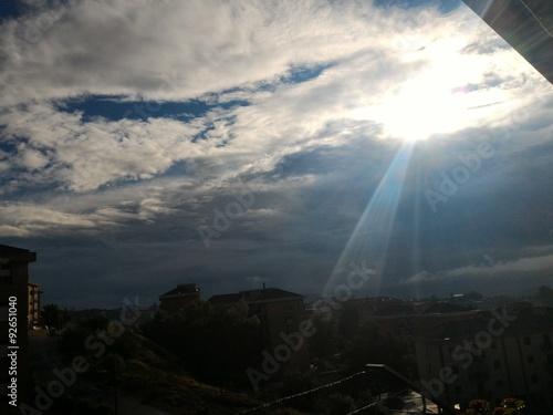 Foto op Canvas UFO Raggio di sole sulla città che si sveglia