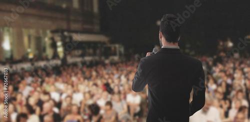 Photo Uomo canta parla sul palco folla