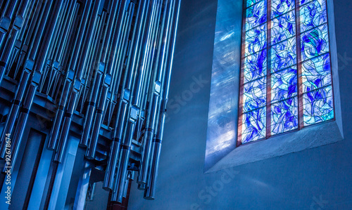 Papiers peints Edifice religieux Chagall-Fenster und Orgel in der Stephanskirche zu Mainz