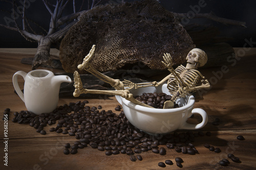 Photo Still life with skull and death. Skeleton with coffee beans