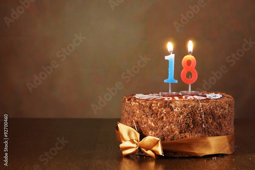 Photographie Gâteau au chocolat d'anniversaire avec des bougies allumées comme un certain