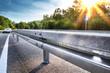 Neue Leitplanke an Autobahnabfahrt – Sicherheit Schutzplanke Leitschiene Straße – Crash Barrier