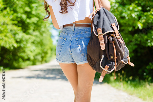 Fotografía  closeup on sexi female butts in jeans shorts with rucksack
