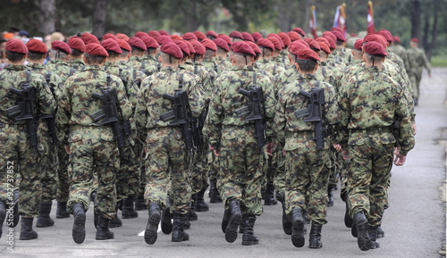 Fotografía  Soldiers marching with rifles