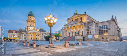 Cadres-photo bureau Berlin Berlin Gendarmenmarkt square at dusk, Germany