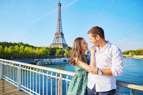 Fotografia  Młoda romantyczna para ma datę blisko wieży eifla