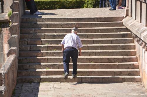 anciano subiendo por unas escaleras
