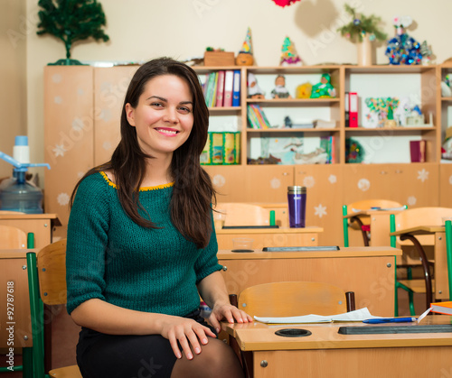 Fotografía  teacher in classroom near desks