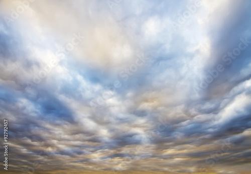niebo-pelne-kolorowych-chmur