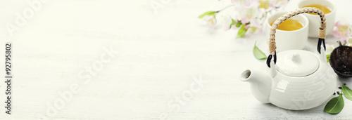 Photo sur Toile The Chinese Tea Set and pink sakura blossom