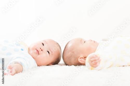 Canvas Print 仰向けに寝そべっている双子の赤ちゃん