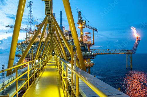 Fotografía  Plataforma de petróleo y gas con la quema de gas, la energía de alimentación