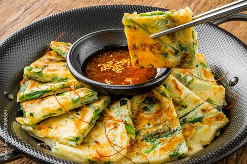 チヂミ 韓国グルメ アジアのお好み焼き jijim and iron pan Korean food
