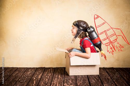 Cuadros en Lienzo Niño jugando con jet pack en casa