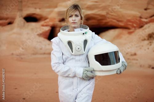 Fotografie, Obraz  Futuristický astronaut bez helmy na jiné planetě, obrázku