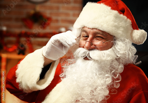 Photo  Portrait of happy Santa Claus holding Christmas letter