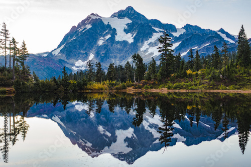 Photo sur Aluminium Reflexion Mountain Lake Sunrise Reflection